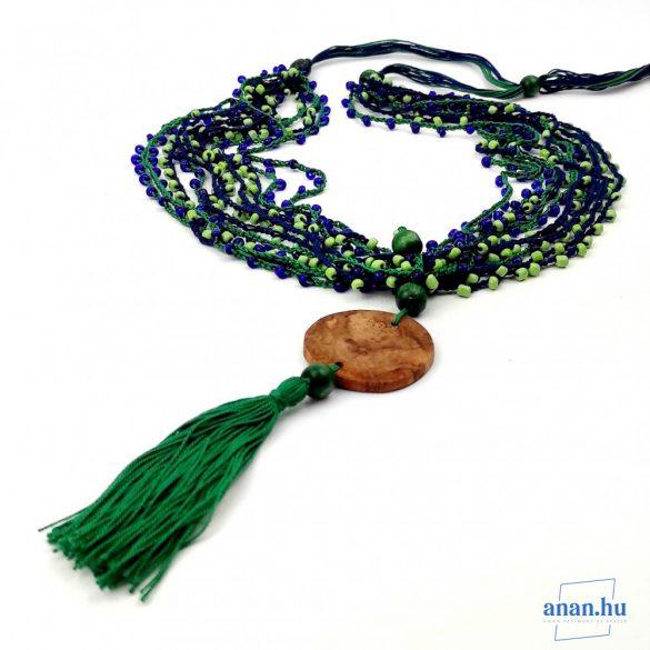 Gyöngy nyaklánc, környezetbarát, újrahasznosított fa, uszadékfa, medál, zöld, kék, szabályozható méret, kása gyöngy, fa gyöngy, pamut fonal, bojtos, zöld-kék, hipoallergén, környezettudatos ékszer