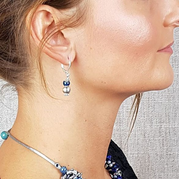 Ezüst fülbevaló, kék kerámia gyöngy, ezüstszínű hematit gyöngy, ezüstszínű fémszerelék