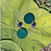 Fa ékszer, környezetbarát, újrahasznosított fa, uszadékfa, ásvány gyöngy, statement fülbevaló, kék, zöld, környezettudatos ékszer